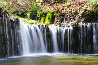 いくつかの水の上の大きな滝の写真・画像素材[1222399]