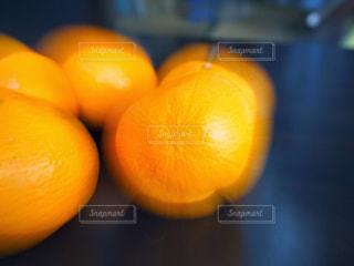 テーブルの上のオレンジのボウルの写真・画像素材[1261875]