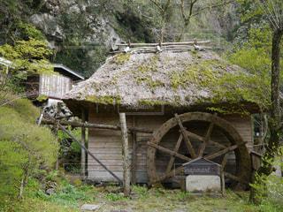寂れた小屋と使われていない水車の写真・画像素材[1221642]