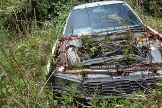フィールドに駐車していた車の干し草の山の写真・画像素材[1221458]