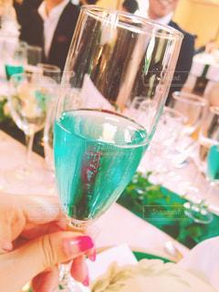 ブルーがキレイなスパークリングワインの写真・画像素材[1237147]