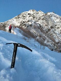 近く雪に覆われた山の写真・画像素材[1222365]