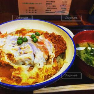 テーブルの上に食べ物のボウルの写真・画像素材[1222321]