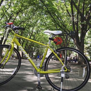 自転車は、道路の脇に駐車の写真・画像素材[1222324]