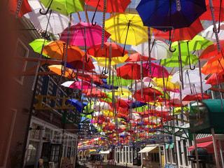 店の前のカラフルな傘の写真・画像素材[1241671]