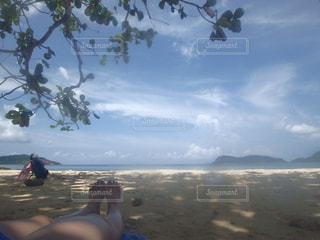貸切状態のビーチでお昼寝💤の写真・画像素材[1224617]
