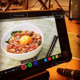 テーブルの上に食べ物のボウルの写真・画像素材[1223521]