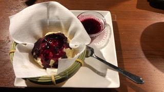 木製テーブルの上に座っているケーキの写真・画像素材[1278066]