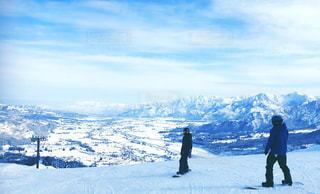 雪の上にスキーに乗っている人のグループ対象斜面の写真・画像素材[1223950]