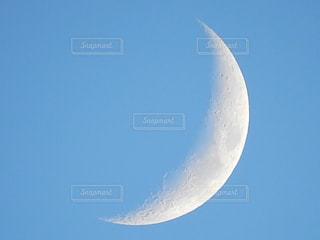 昼間の三日月の写真・画像素材[1717490]