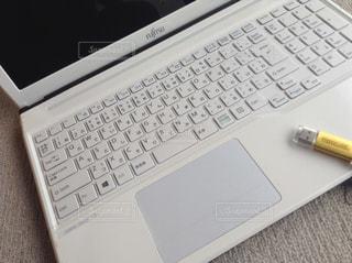 キーボード中心のノートパソコンとUSBの写真・画像素材[1236145]