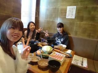 テーブルに座っている人々 のグループの写真・画像素材[1236450]
