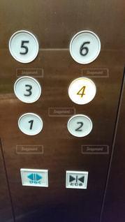 エレベーターに乗って4階への写真・画像素材[1597903]