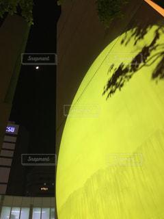 近くに黄色い傘のアップの写真・画像素材[1224392]