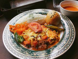テーブルの上に食べ物のプレートの写真・画像素材[1224410]