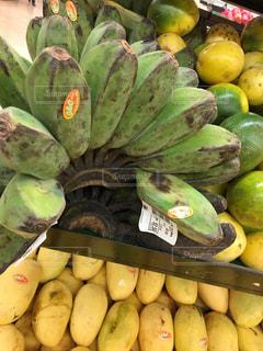 陳列棚に並ぶバナナとマンゴーの写真・画像素材[1226565]