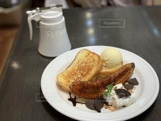 バナナとフレンチトーストの写真・画像素材[2692535]