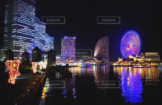 夜のライトアップされた街の写真・画像素材[1225109]