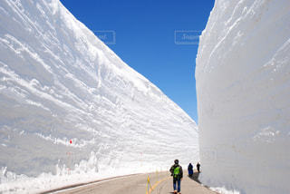 雪に覆われた山の頂上に立っている人々 のグループの写真・画像素材[1226311]
