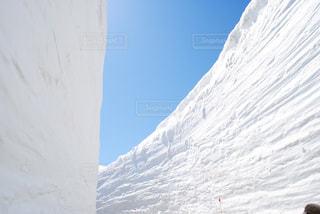雪に覆われた山の写真・画像素材[1227017]