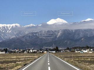 背景の山の高速道路の写真・画像素材[1852220]
