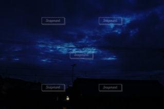 夜のライトアップされた街の写真・画像素材[1226145]