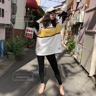 通りを歩く女性の写真・画像素材[1225575]
