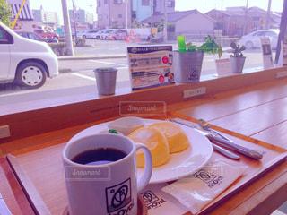 テーブルの上のコーヒー カップの写真・画像素材[1226339]