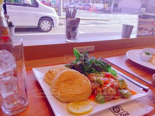 テーブルの上に食べ物のプレートの写真・画像素材[1226340]