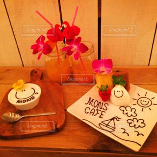 木製テーブルの上に座っている花の花瓶の写真・画像素材[1229257]