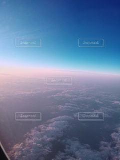 空を飛んでいる飛行機のビューの写真・画像素材[1233387]