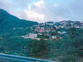 背景の山と都市のビューの写真・画像素材[1233391]