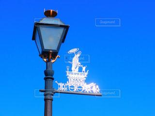 ランプのポストの横にある道路標識の写真・画像素材[1226332]