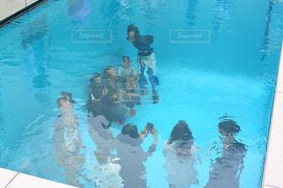 水のプールで泳ぐ男の写真・画像素材[1227958]