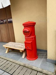 道路の脇に座っている赤い消火栓の写真・画像素材[2306917]