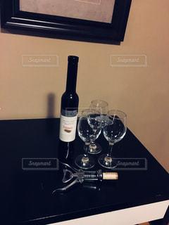 テーブルの上にワインのボトルの写真・画像素材[1226872]