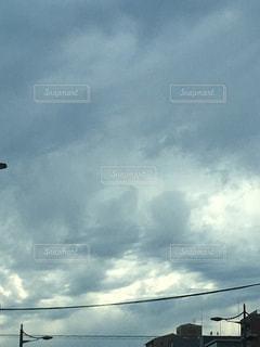 曇りの日に空の雲の写真・画像素材[1253190]