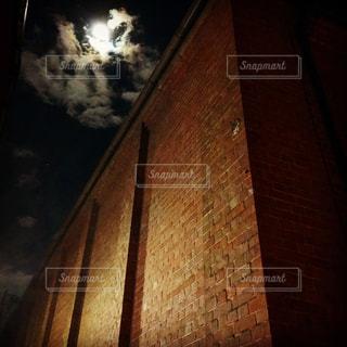 月光の下のレンガの写真・画像素材[1227151]