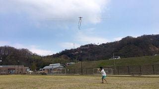 凧上げをする少年の写真・画像素材[1236923]