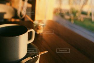 テーブルの上のコーヒー カップの写真・画像素材[1228521]