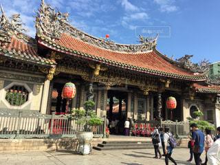 マンカの龍山寺の前を歩いて人々 のグループの写真・画像素材[1227465]