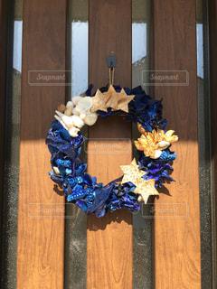 木製のドアの上に座って花の花瓶の写真・画像素材[1227538]