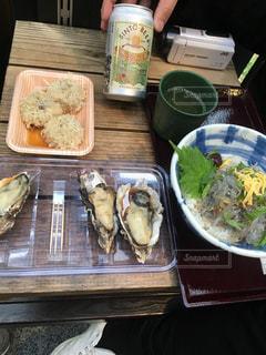テーブルの上に食べ物のトレイ - No.1230507