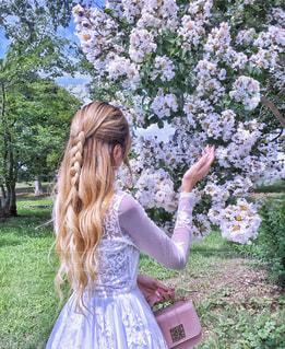 庭に立っている女性の写真・画像素材[1228038]
