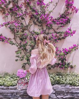 ピンクの壁の前での写真・画像素材[1228040]