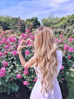 ピンクの花の女性の写真・画像素材[1228045]