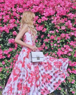 ピンクの花に埋もれる女性の写真・画像素材[1228426]