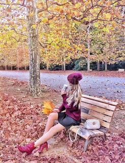 公園のベンチに座っている女性の写真・画像素材[1228827]