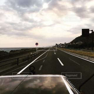 三菱ジープで海沿いを走るの写真・画像素材[1228354]