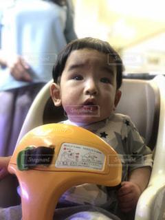 車に小さな子供を持っている手の写真・画像素材[1229537]